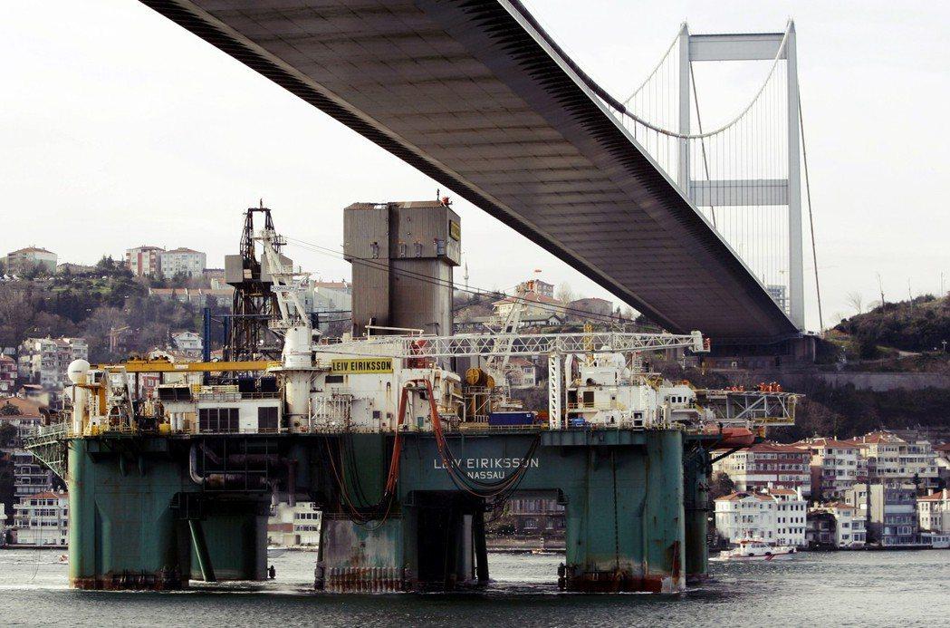 目前,每年約有超過4萬艘船隻通過博斯普魯斯海峽,其中將近兩成的船隻為大型輪船,船...