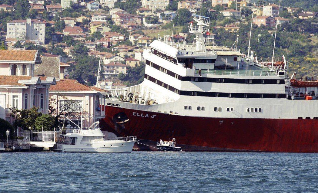 在過去,繁忙的博斯普魯斯海峽時常出現「船撞」事故,像是照片中的聖文森與格瑞納丁貨...