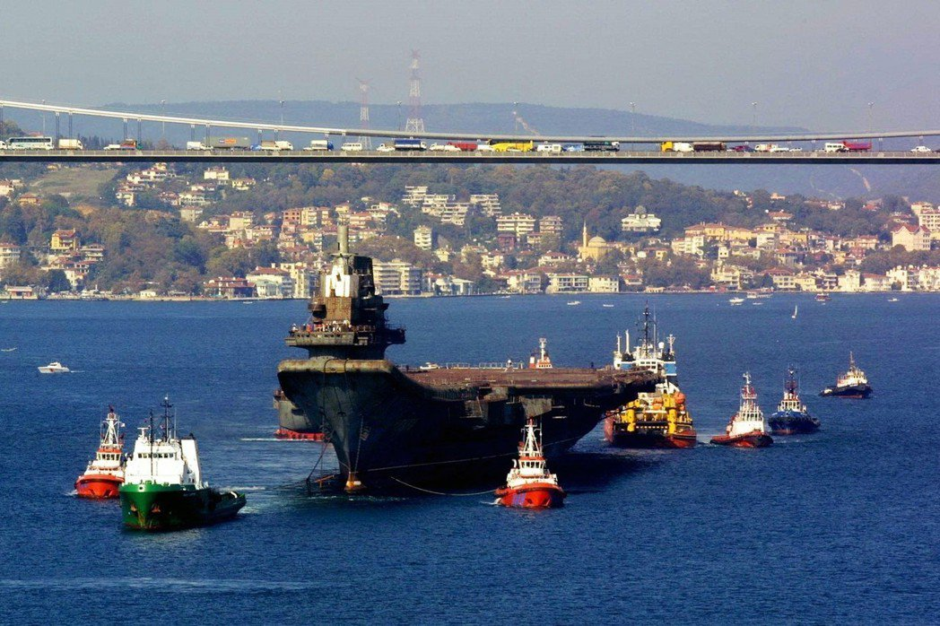 2001年,已經報廢的前蘇聯「瓦良格號」航空母艦,被拖船拖過金角灣。當時,瓦良格...