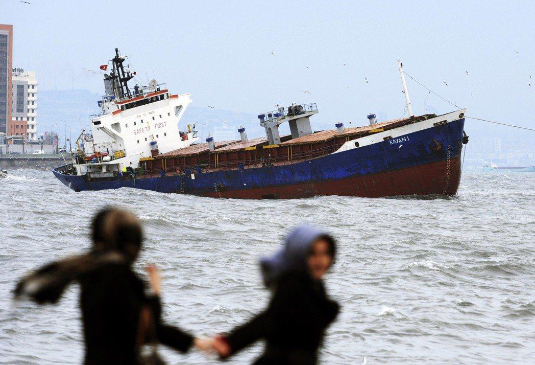 博斯普魯斯海峽交通繁忙,容易發生船隻交通事故。圖為2012年,獅子山共和國籍的貨...