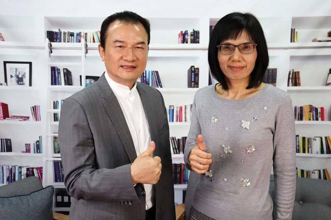 理財周刊發行人洪寶山(左)、盧燕俐(右)