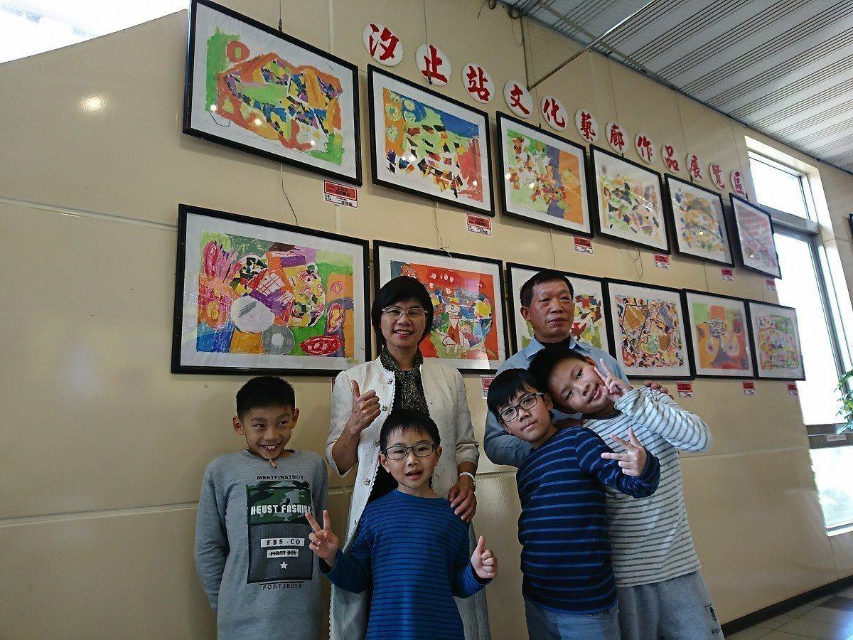 汐止火車站與東山國小合作,讓學校師生的作品能夠在火車站內展出,孩子的作品能夠展出...