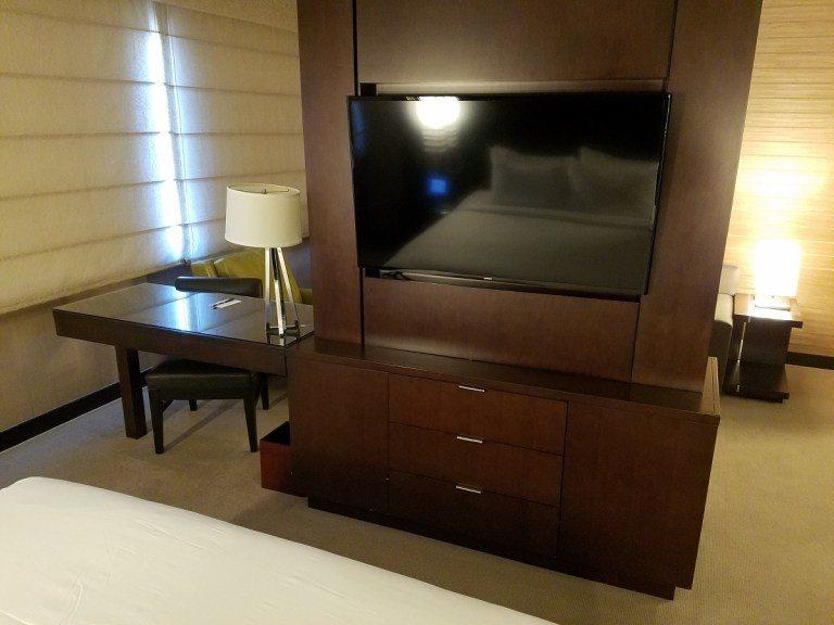 從床舖看過去的視角,也有一個電視,所以證明真的是兩個電視的套房 圖文來自於:Tr...