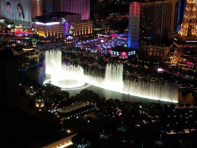 晚上Bellagio酒店水池的水舞,算是拉斯維加斯知名景點之一 圖文來自於:Tr...
