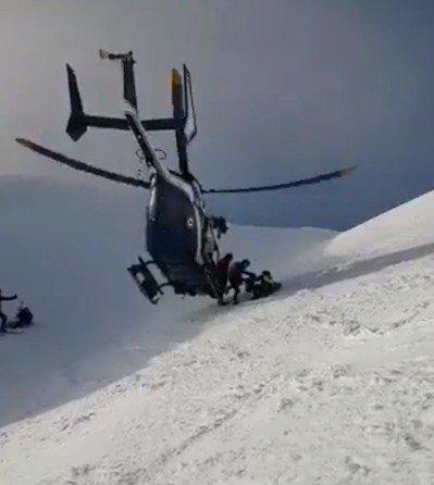 法國搜救隊員從直升機落地,搶救畫面左邊一名受傷的滑雪者。取自Nicolas De...