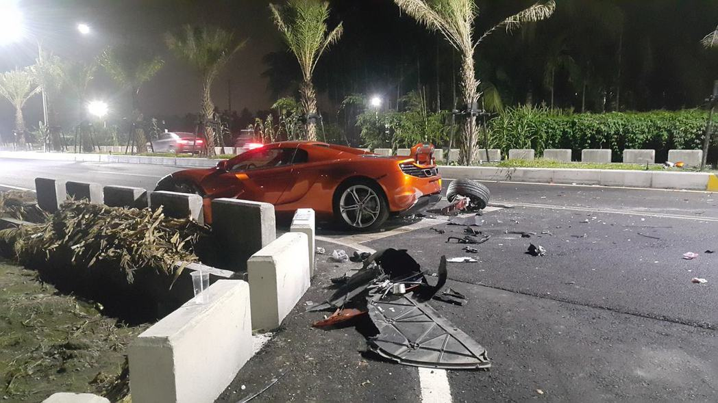 市值1500萬麥拉倫跑車,自撞安全島受損嚴重,零件噴飛。記者江國豪/翻攝自屏東人屏東事