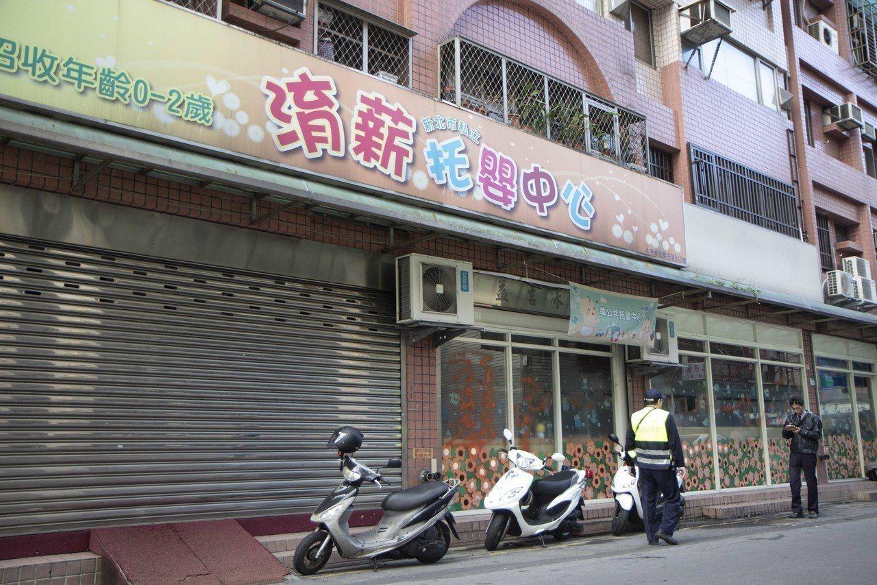 永和私立淯薪托嬰中心爆出粗暴虐童,今早被發現,玻璃遭用紅色噴漆,疑似寫著「惡」字...