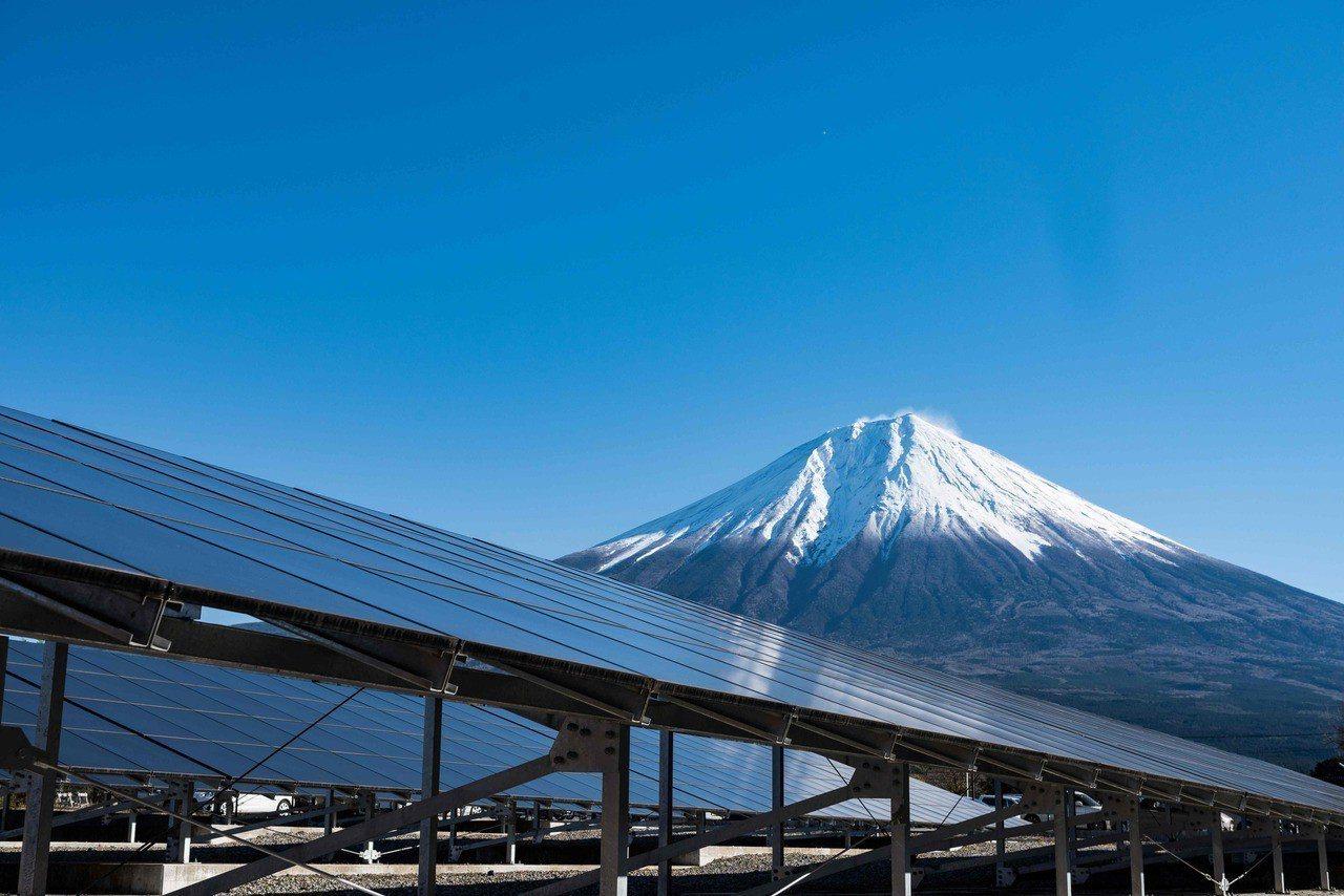 為減輕民眾電費負擔,日本經濟產業省擬將大幅調降新年度的太陽光電躉購價格。法新社