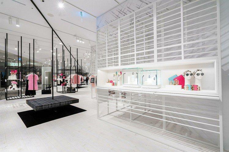 本次限時概念店的店裝靈感一部分更來自台北小巷弄的房屋窗櫺雕花鐵杆,選用白色金屬包...