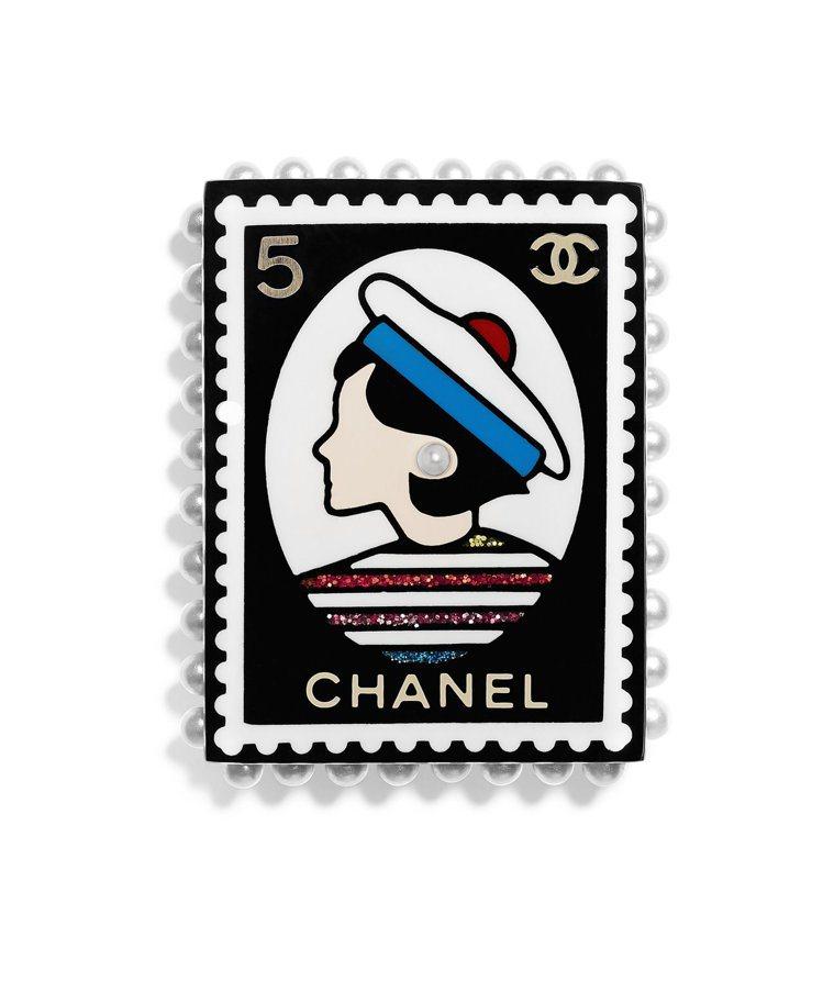 度假系列仕女郵票造型珠飾樹脂別針,18,300元。圖/香奈兒提供