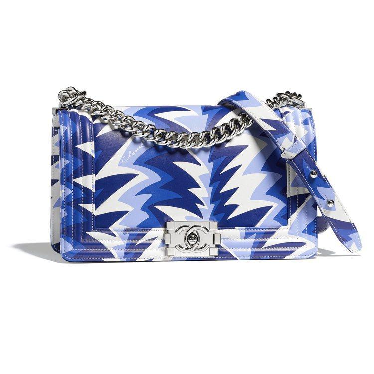 度假系列藍白色波浪印花BOY CHANEL包,17萬5,500元。圖/香奈兒提供