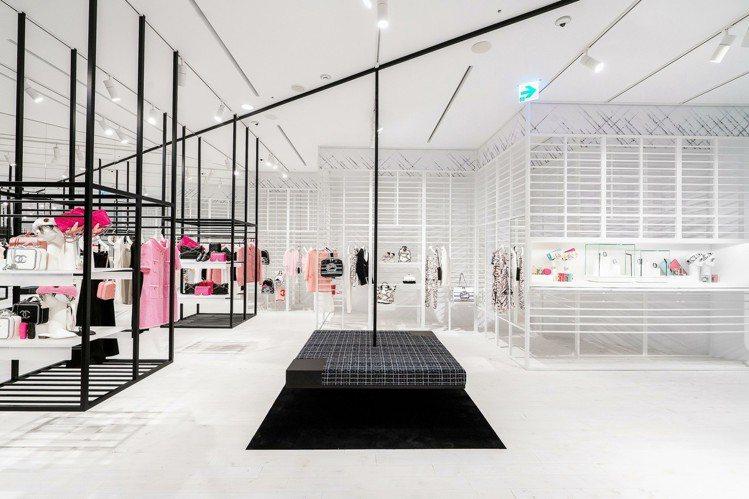 黑色的幾何圖案線條展示層架與黑、白方型斜紋軟呢沙發的組合更營造出一種看似「漂浮」...