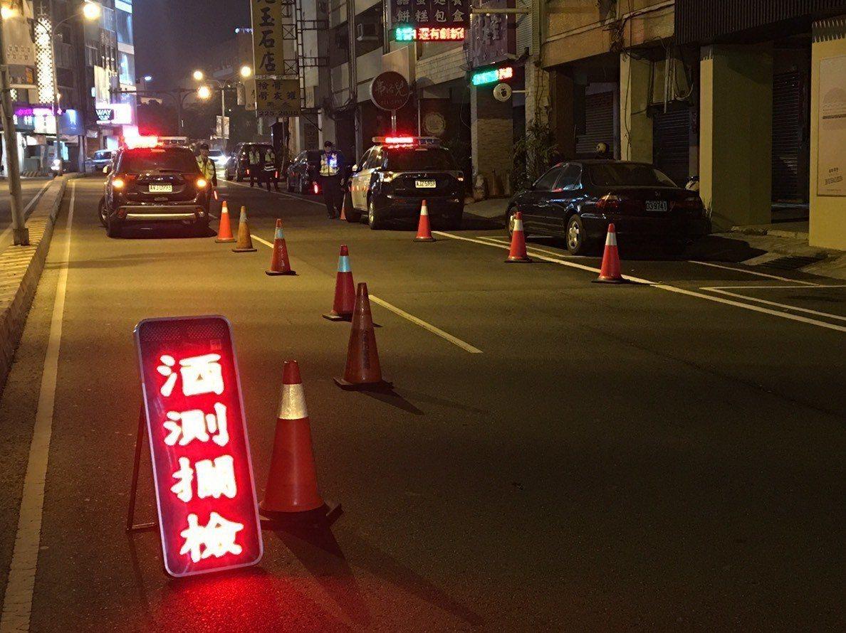 尾牙增多,警方加強路檢取締酒駕。圖/台南市警二分局提供