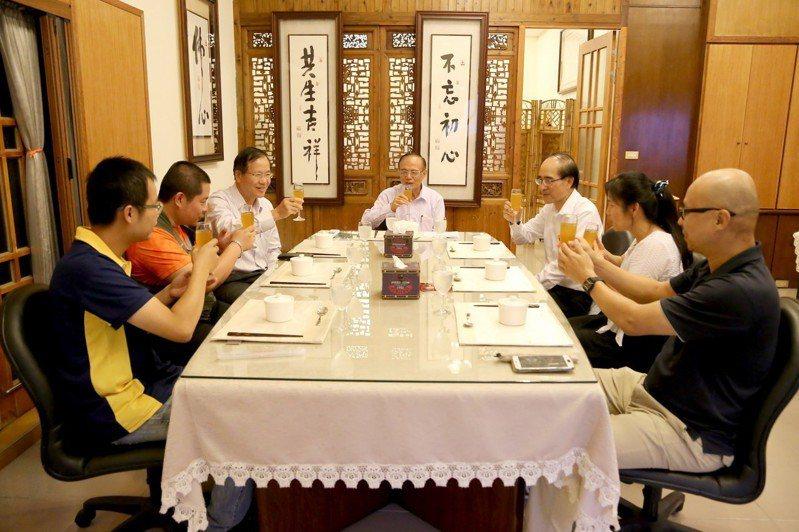 溫馨Formal Dinner邀請獲獎學生及傑出教師與校長共進晚餐。圖/南華大學提供