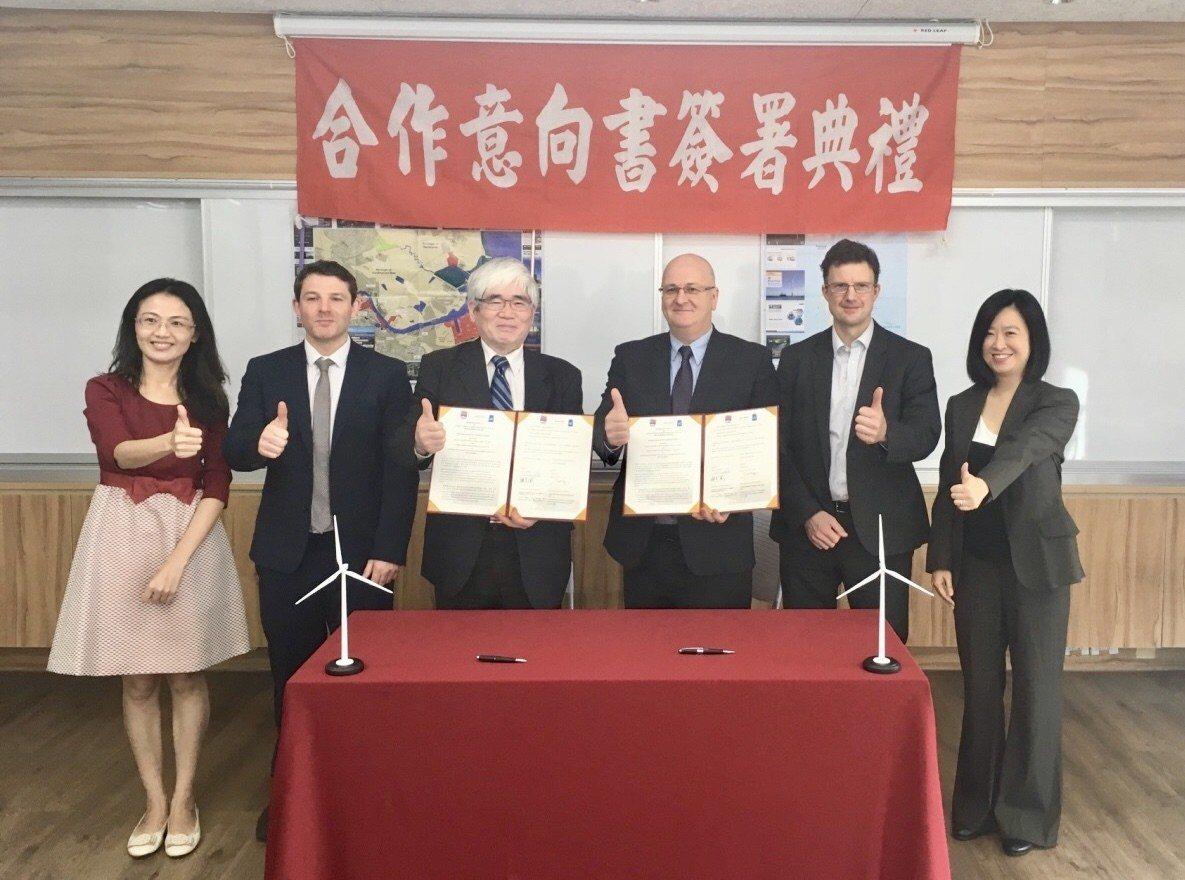 台灣港務公司與英商費舍海洋服務公司簽訂合作備忘錄,共探離岸風電港口服務合作。 記...