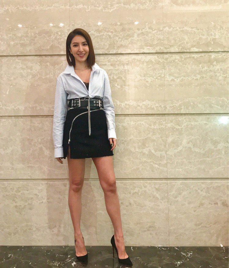 楊謹華穿Alexander Wang襯衫短裙秀美腿。圖/記者江佩君攝影