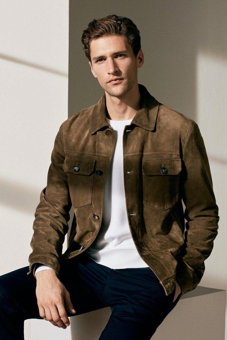 飛行員麂皮外套、法蘭絨羊毛長褲所搭襯的羊毛圓領毛衣,是品牌經典的「國王恩賜」羊毛...