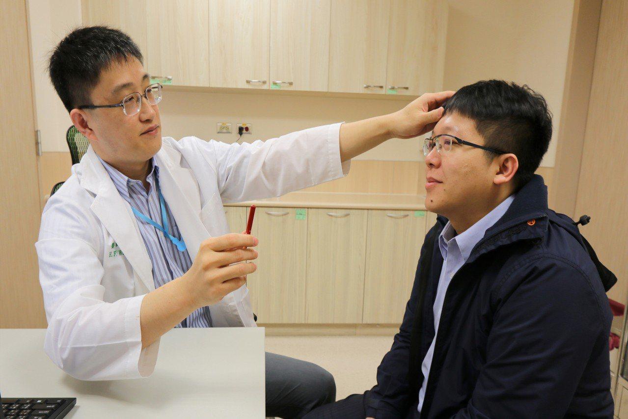 亞洲大學附屬醫院神經內科主任王馨範(左)指出,家中長輩若突然出現臉歪嘴斜、手腳無...
