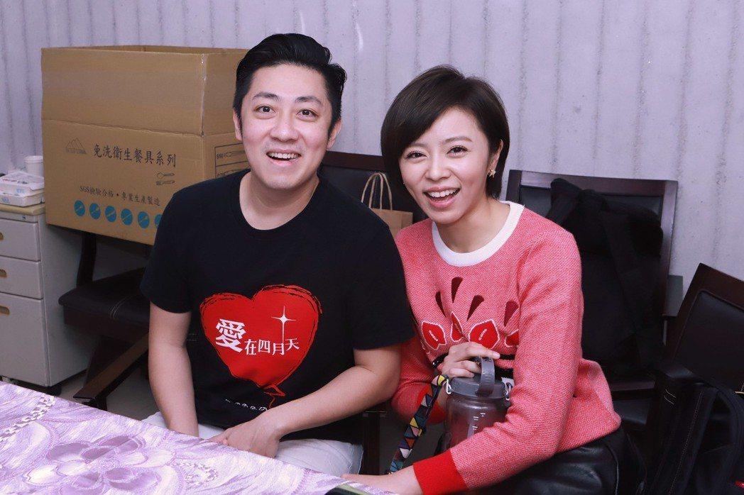 王瞳(右)當愛心大使,男友艾成接她下班。圖/民視提供