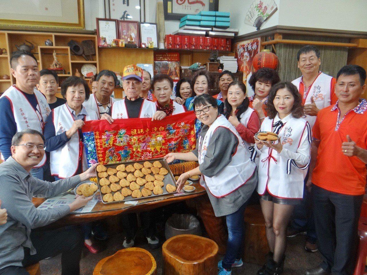 雲林至善文化協會感念白沙屯媽祖進香團徒步辛勞,設計造型獨特的「至善平安餅」送給信...
