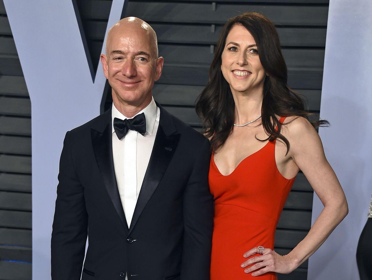 亞馬遜執行長貝佐斯與妻子麥肯琪 。美聯社