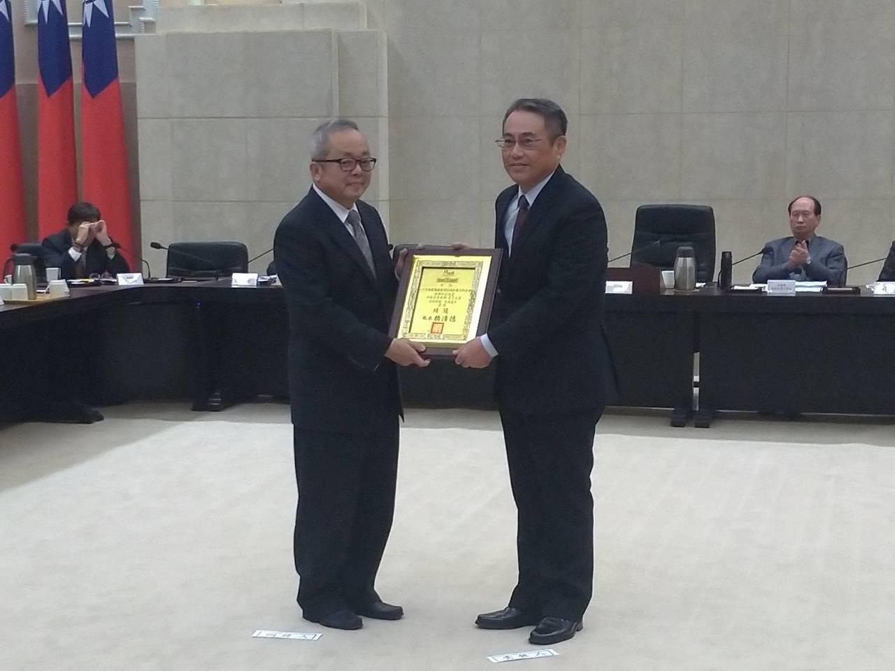 南區水資源局局長連上堯(右)代表領獎。圖/南水局提供