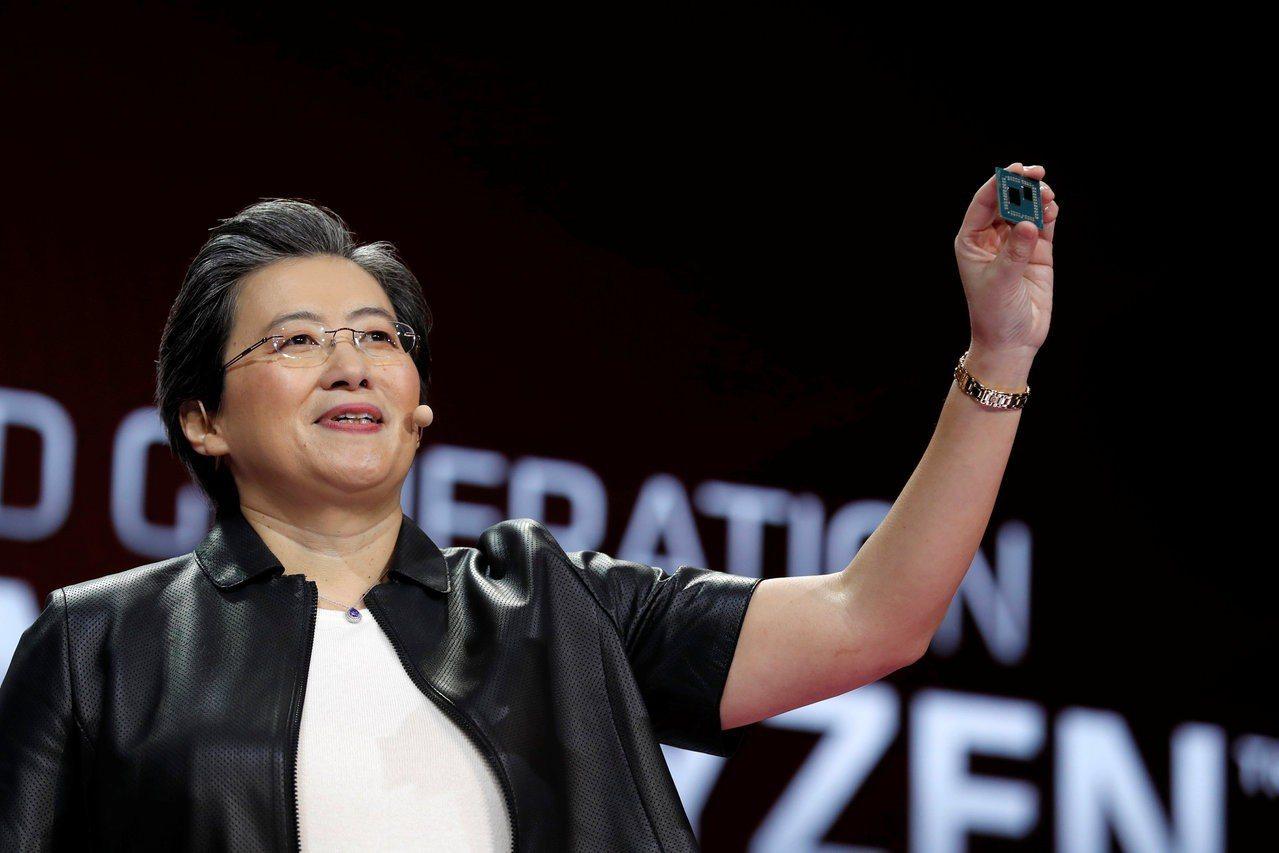 超微執行長蘇姿豐在CES上展示新產品。(圖/路透)