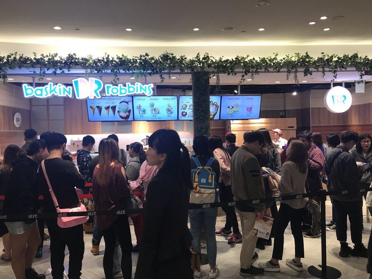 微風南山開幕首日,雖是平日,但在下午非下班時段,已湧進許多人潮嚐鮮購物。記者江佩...
