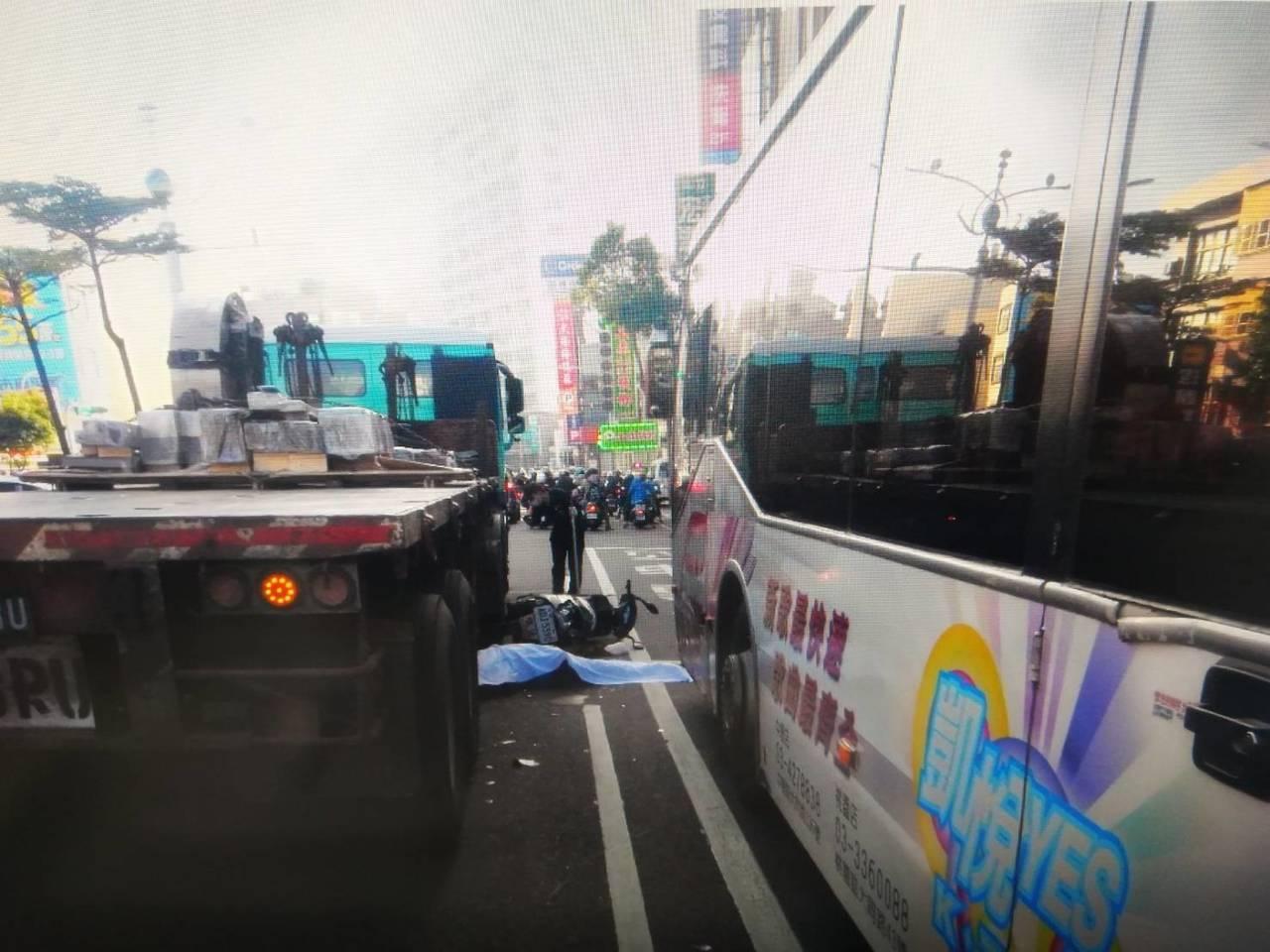 桃園市黃姓婦人騎士今天騎機車出門買菜時,想穿越貨車和公車中間時,被壓扁慘死。圖/...