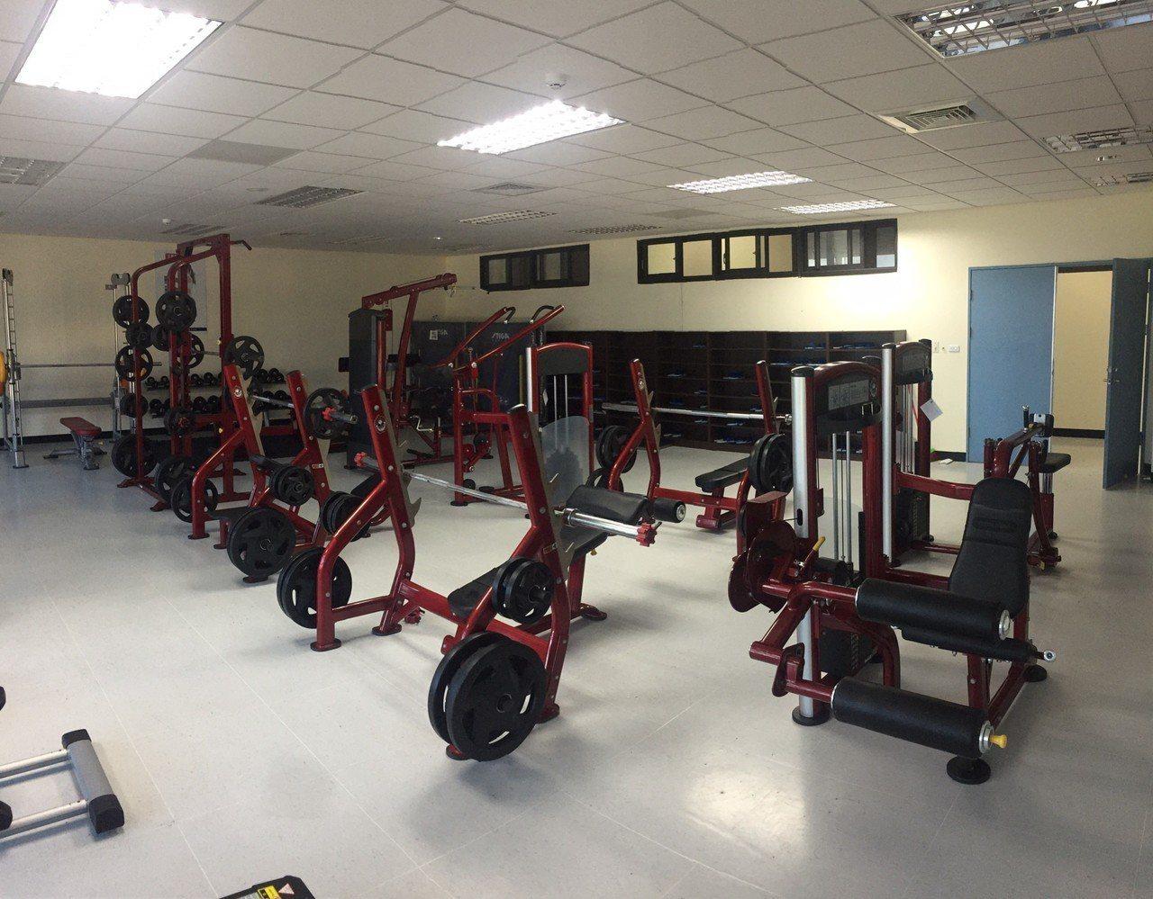 館長霸氣捐百萬健身器材,把分局變身專業健身房,連警員看了都驚嘆。記者巫鴻瑋/翻攝
