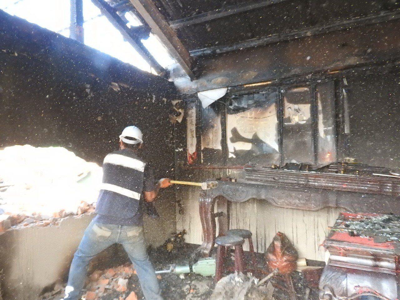 新北市中和新生街一處頂樓加蓋1月7日發生火災,結構受損已有公安疑慮,新北市府今起...