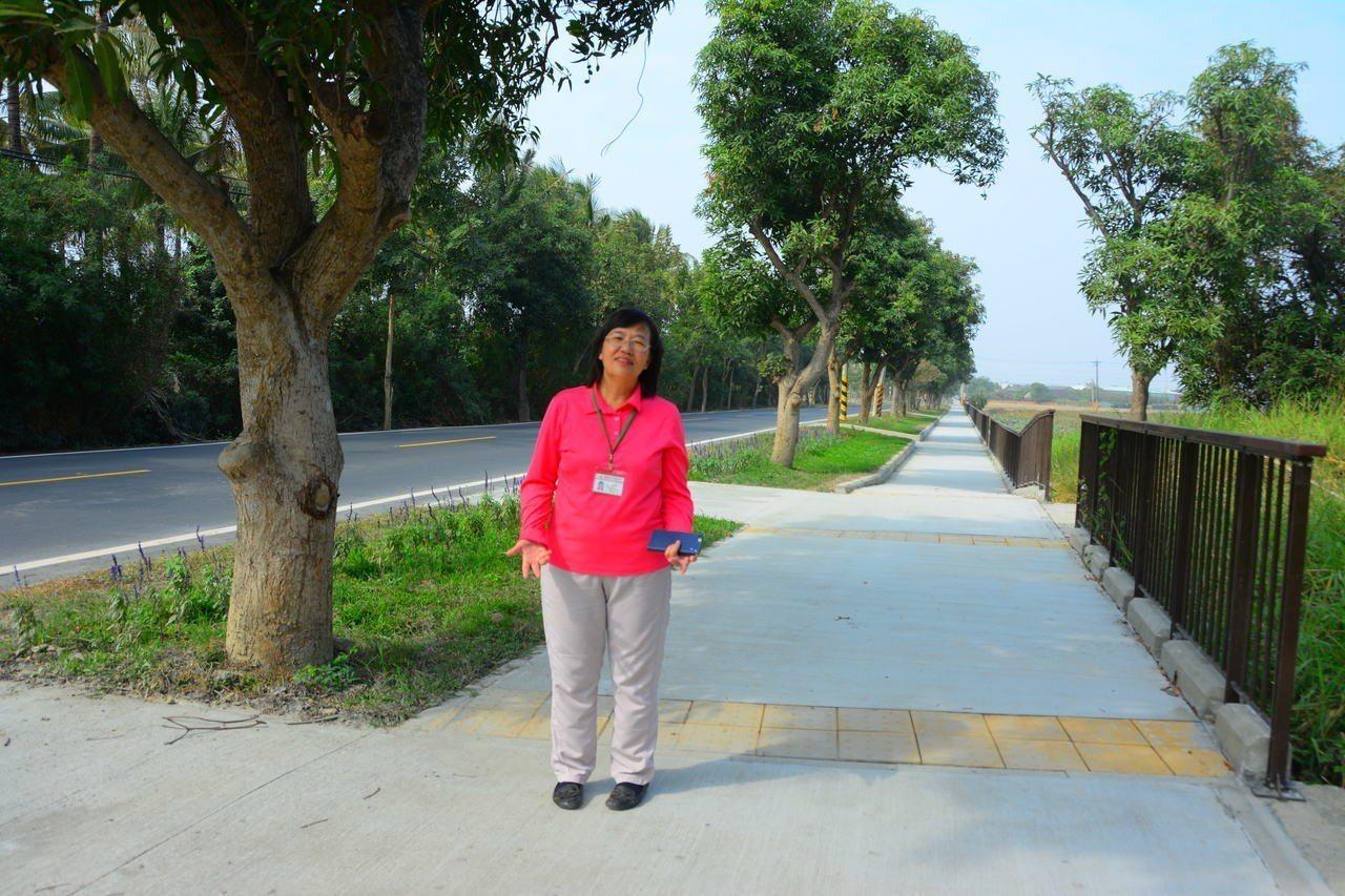 台南六甲林鳳營火車站前的南68道路,最近完成拓寬,社區居民感謝區長蔡秀琴給了地方...