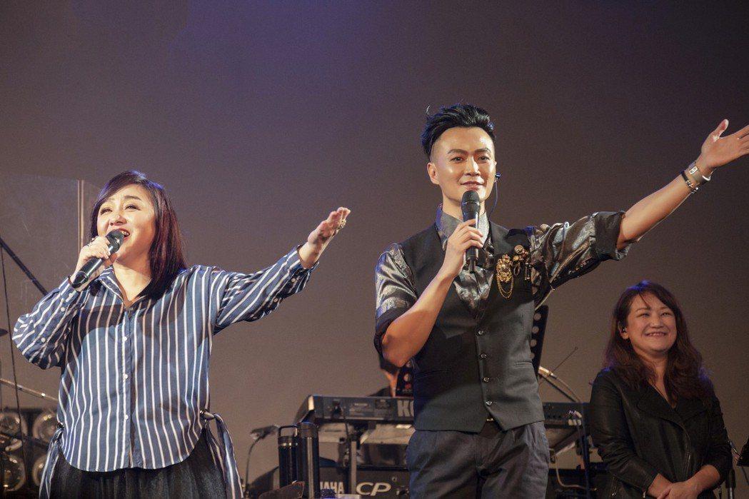 林俊逸(右)和鄭怡合唱。圖/星光娛樂提供