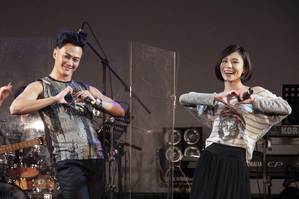 高郁捷(右)代替江蕙送祝福給林俊逸。圖/星光娛樂提供