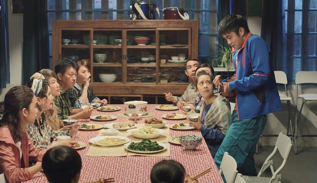 劉子千(右)在「種菜女神」中一展歌喉。圖/歐銻銻娛樂提供