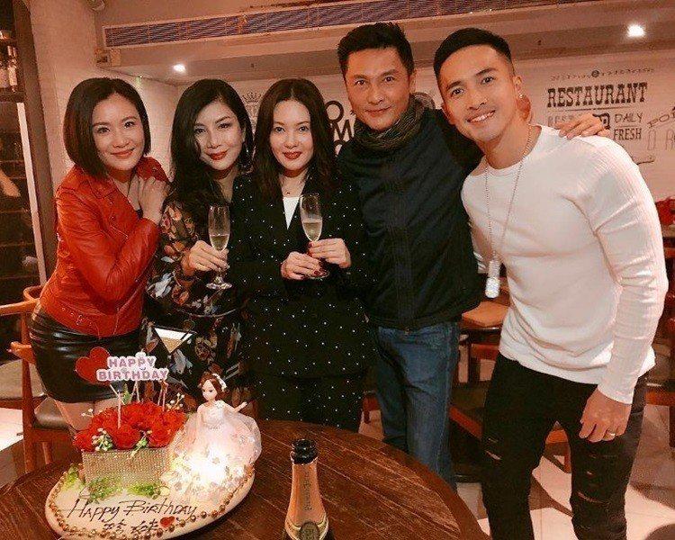 張文慈(左起)、吳家麗、李麗珍、關禮傑、陳國峰在派對上開心歡聚。圖/摘自Inst