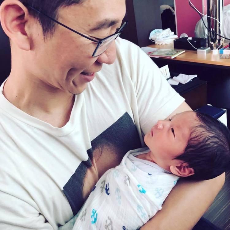 Tony抱著兒子露出慈父笑容。圖/摘自臉書