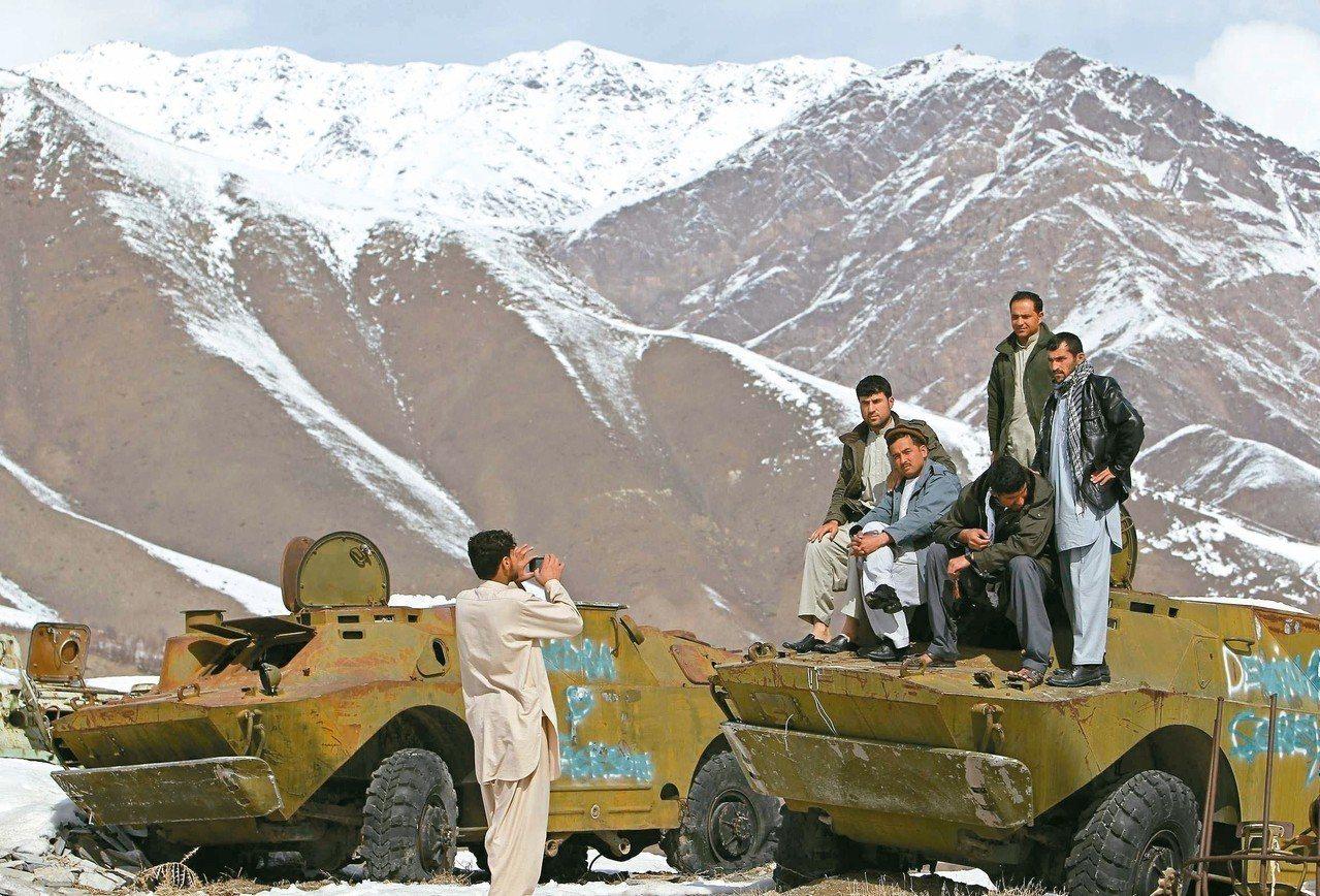 蘇聯入侵阿富汗戰爭結束已超過30年,遺留在潘傑希爾省的戰車早成為廢鐵,也是民眾拍...