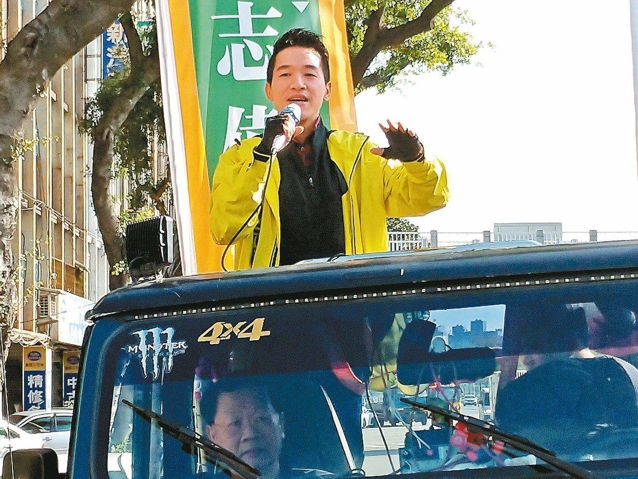 北市立委補選,何志偉由助理代抽籤,他昨下午車隊掃街,向民眾拜票。 記者莊琇閔/攝...