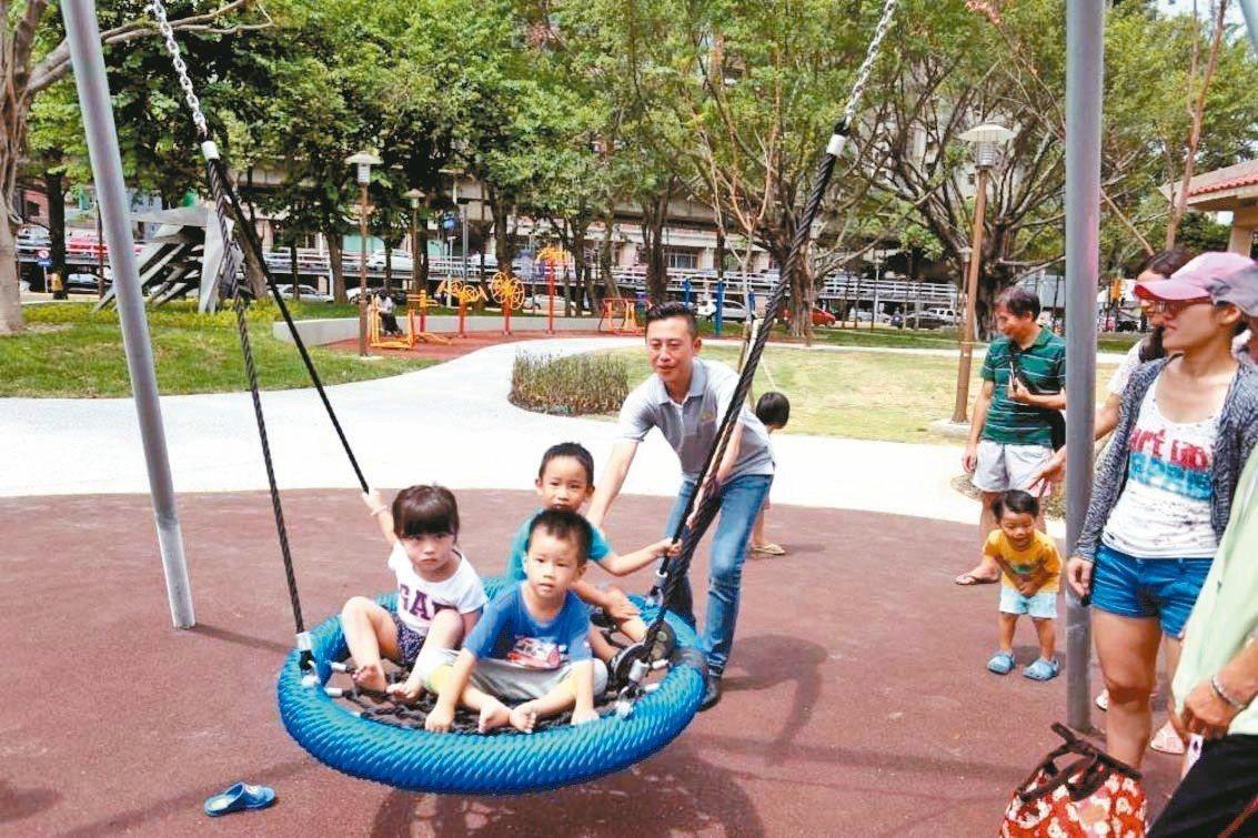 新竹市政府在中央公園內打造共融式遊具「鳥巢盪鞦韆」。 圖/新竹市政府提供