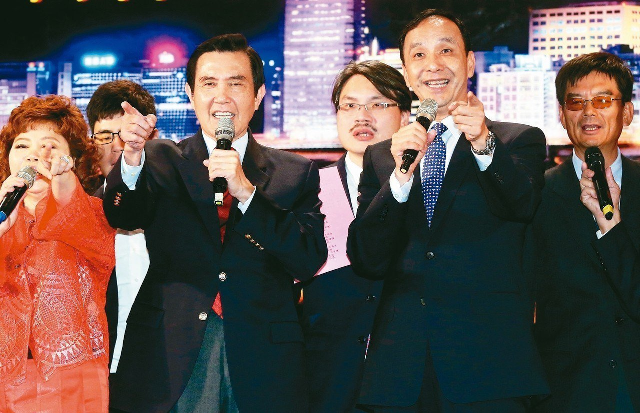 前總統馬英九(前左二)、前新北市長朱立倫(右二)昨晚出席內科聯歡晚會,並與業者同...