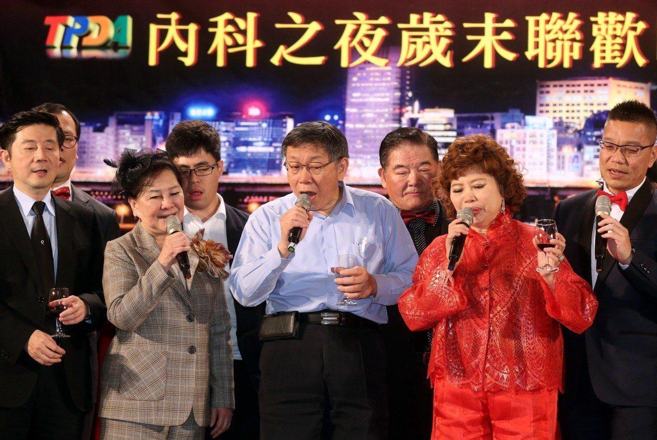 台北市長柯文哲(中)與業者同歡,唱了「世界第一等」、「挪威森林」等兩首歌。記者林...