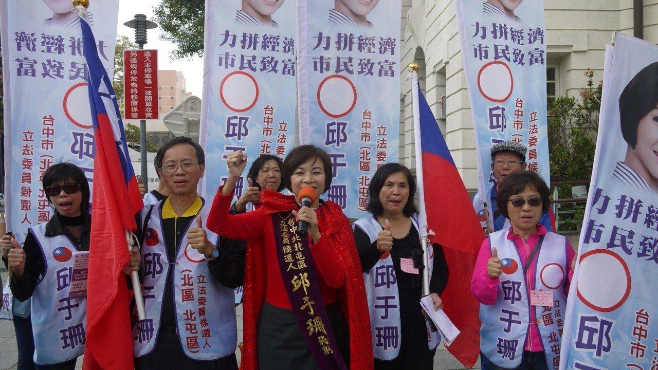 無黨籍立委參選人邱于珊(中)穿紅色披風,主張爭取陸客觀光。記者洪敬浤/攝影
