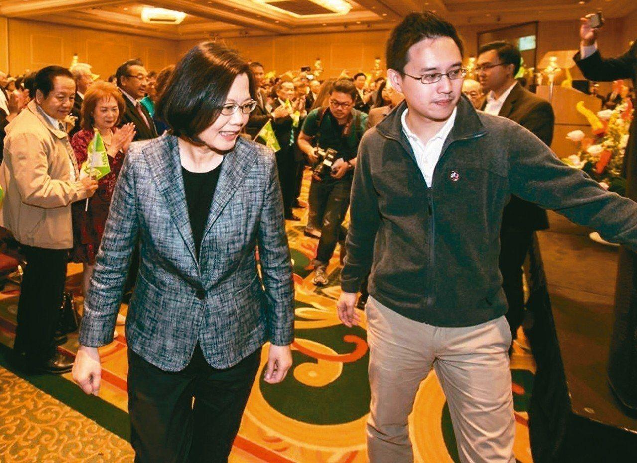 未經外交歷練的「口譯哥」趙怡翔(右)外派駐美代表處政治組長,引發外界熱議。 圖...