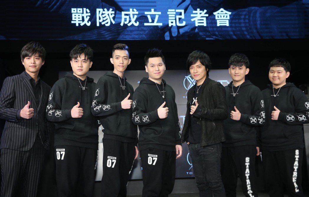 樂團五月天的團長怪獸(右三)今天加入TXO戰隊成為第六人及精神領隊。記者徐兆玄/...