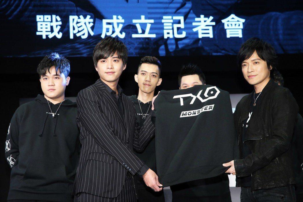 樂團五月天的團長怪獸(右一)今天加入TXO戰隊成為第六人及精神領隊,TXO戰隊的...