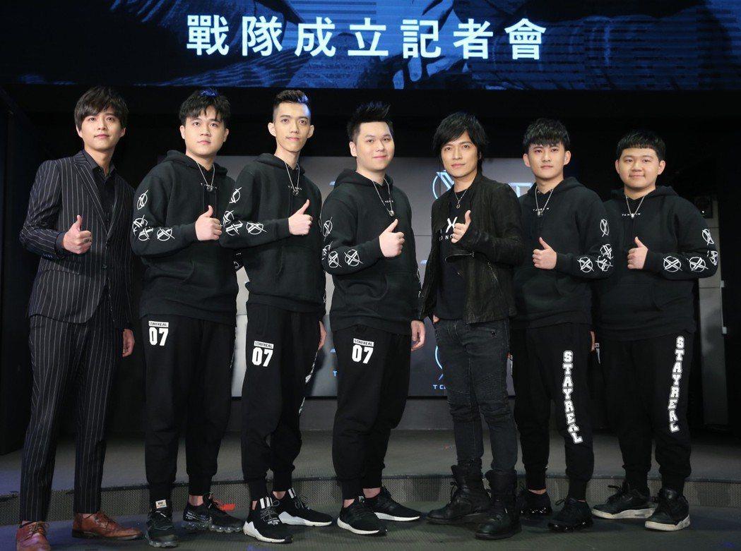 樂團五月天的團長怪獸(右三)加入TXO戰隊成為第六人及精神領隊。記者徐兆玄/攝影