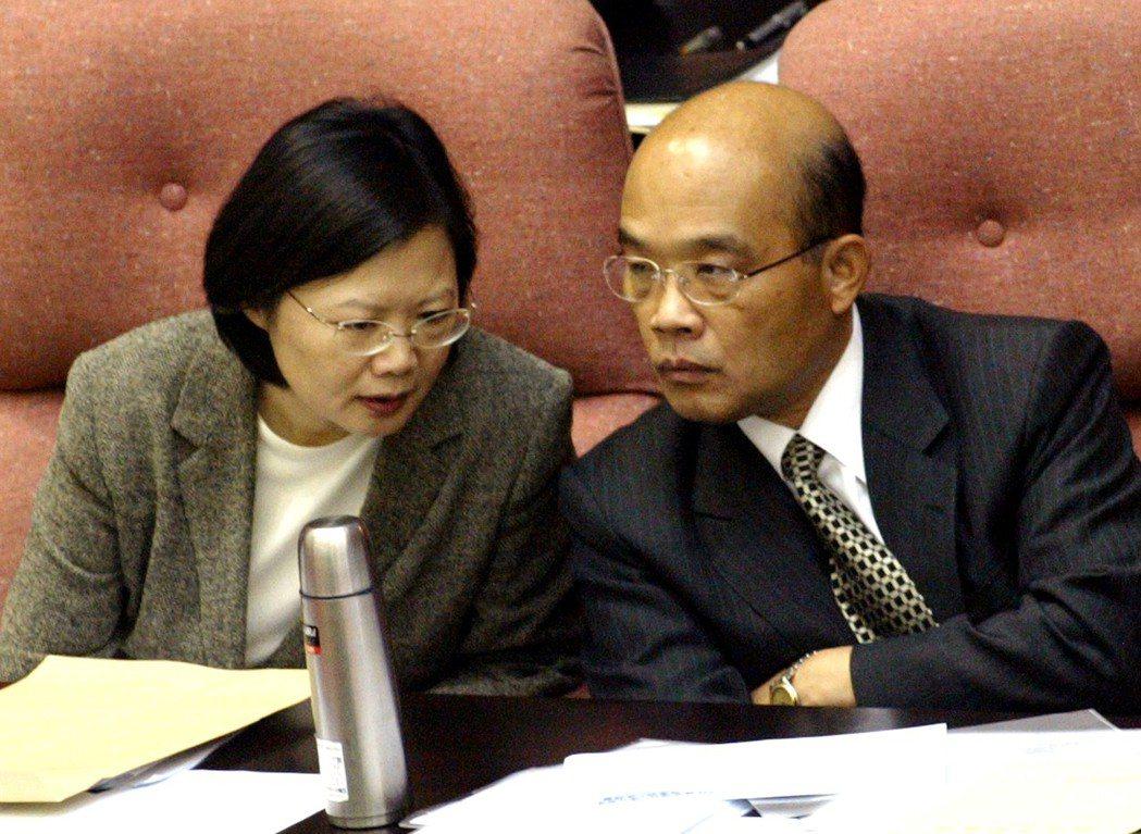 2006年在立法院院會備詢的行政院長蘇貞昌(右)、副院長蔡英文(左)席間頻頻私下...