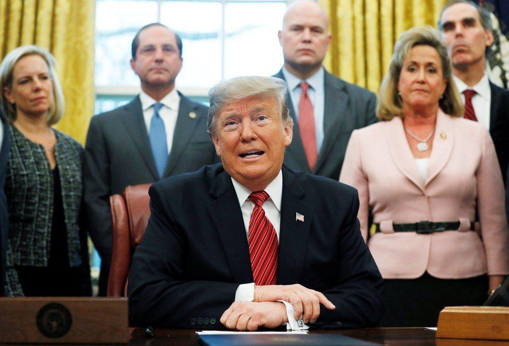 川普(中)10日在白宮橢圓辦公室對記者談起美墨邊牆。 (路透)