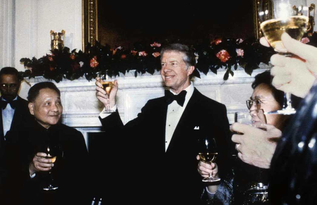 卡特是任內關門天數最多的總統。圖為卡特(中)1979年在白宮國宴上向來訪的大陸國...